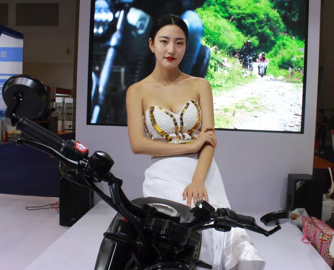 2018摩博会∣身材高挑红唇美艳,第二波摩博会靓丽机车模特