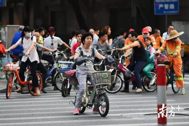 電動自行車新國標昨日正式實施,但記者暗訪仍發現現狀
